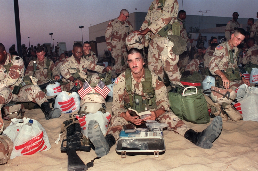 Picture taken 26 August 1990 showing  U.S. soldier